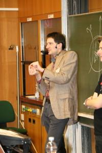 Prof. Dr. Thomas Schwetz-Mangold erklärt Neutrinophysik (Bild: NdW)