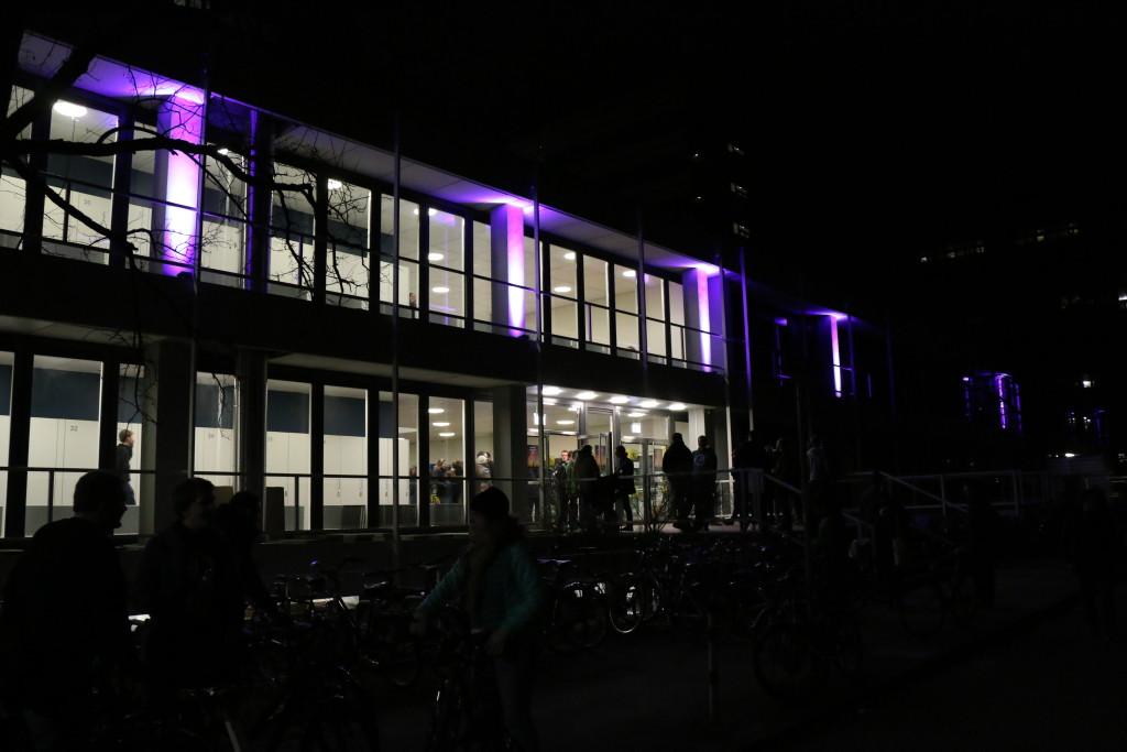 Wissenschaft bis tief in die Nacht im Chemiegebäude des KIT (Bild: NdW)