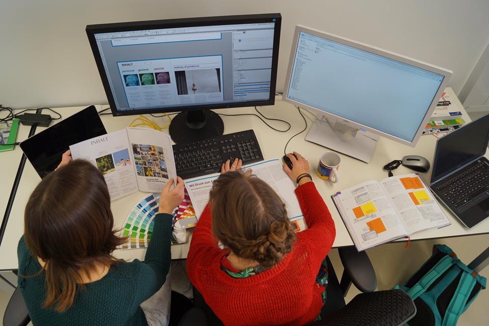 Das Layout-Team gestaltet die Seiten des Magazins.