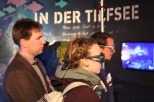 Zwei Freiwillige mit den Blickaufzeichnungsbrillen (Foto: Philipp Schrögel)