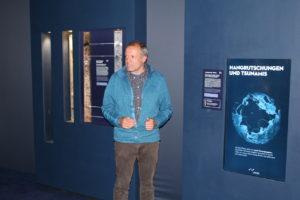 Prof. Dr. Krastel vom Exzellencluster 'Future Ocean' erläutert sein Forschungsgebiet am interaktiven Poster (Foto: Philipp Schrögel)