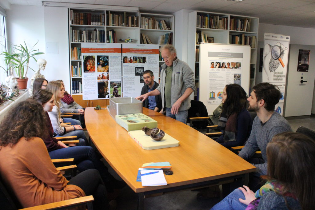 Masterstudierende und Friedemann Schrenk im Konferenzraum