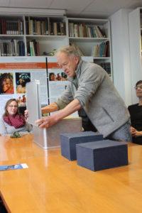 Friedemann Schrenk mit Metallkoffer