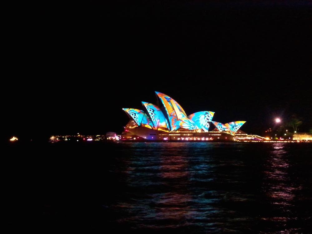 Oper von Sydney mit bunter Beleuchtung