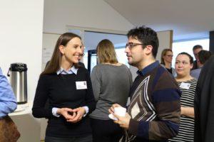 Mitarbeiter und Gäste im Gespräch