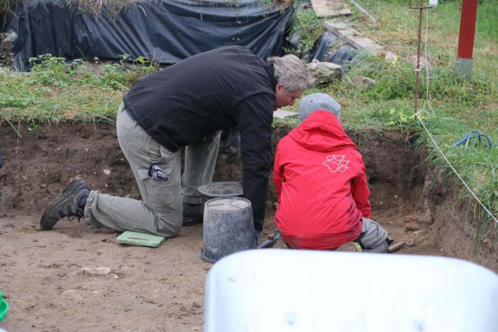 Freiwillige bei Ausgrabunf