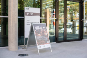 Plakataufsteller vor Gebäude