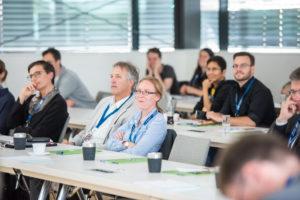 Zuhörer bei Vorträgen eines Symposiums