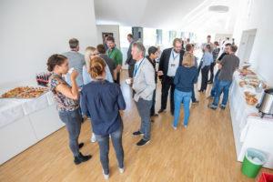 Besucher des Symposiums bei Kaffeepause