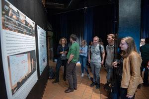 Posterpräsentation in Vorraum beim Science Slam