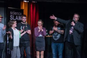 Vortragende auf der Bühne beim Science Slam