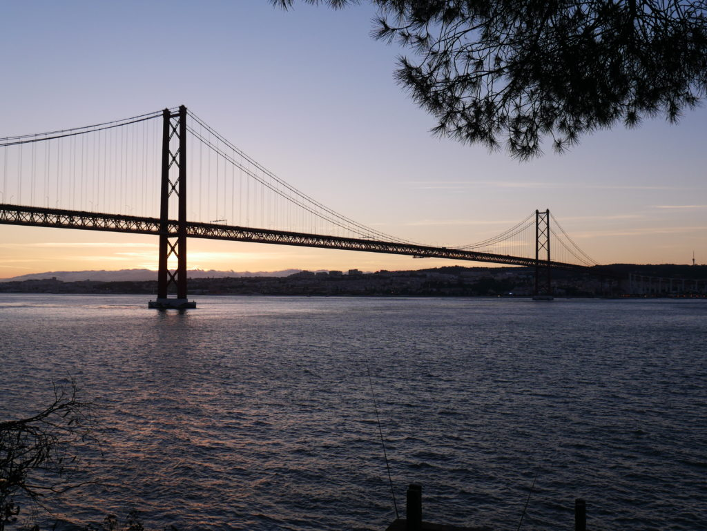 Brücke über Meeresbucht