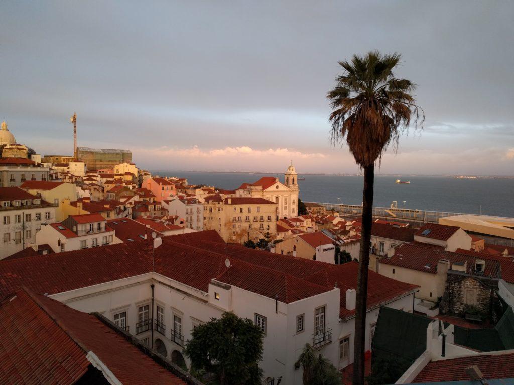 Blick über Stadt Lissabon auf das Meer