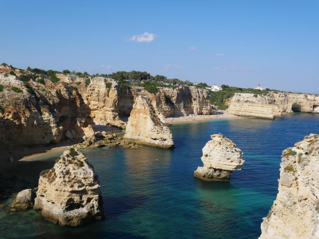 Meeresbucht mit Klippen und Felsen