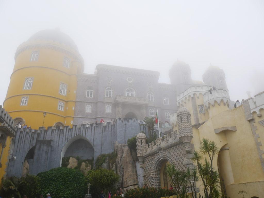 Schlossanlage im Nebeldunst